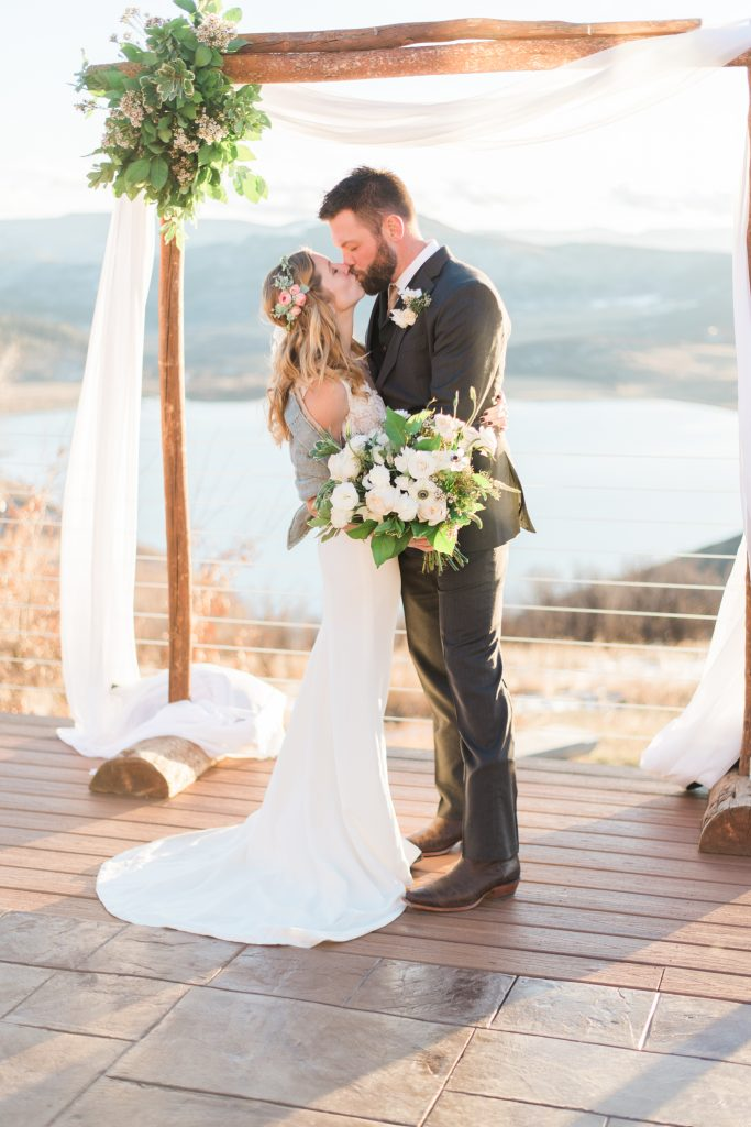 colorado wedding photos, steamboat spring wedding, Bella Vista Estate Steamboat springs, colorado wedding inspiration, boho wedding inspiration, boho colorado wedding, boho bride and groom, colorado mountain elopement, colorado wedding inspo, white floral inspiration, modern chic wedding, mountain wedding