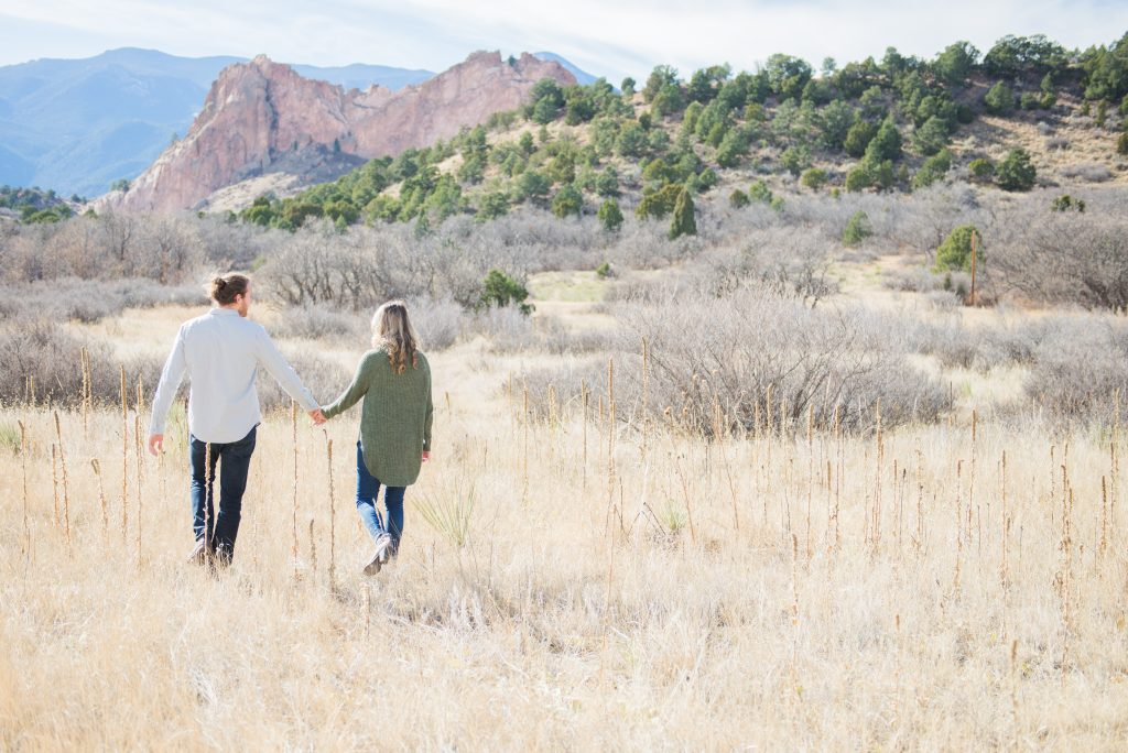 Engagement session outfits, mountain engagement outfits, Engagement session outfit inspo, Colorado Springs engagement session, garden of the gods engagement, mountain engagement, red rocks engagement, colorado engagement photos, colorado mountain engagement photos, adventure couple photos, adventure engagement photos, couple photos, colorado springs photos, garden of the gods park, pikes peak engagement